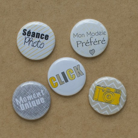 "Badges ""Scoop"" assortis à la collection Scoop , jaune, gris, texte français, séance photo, click, modèle préféré, moment unique,"