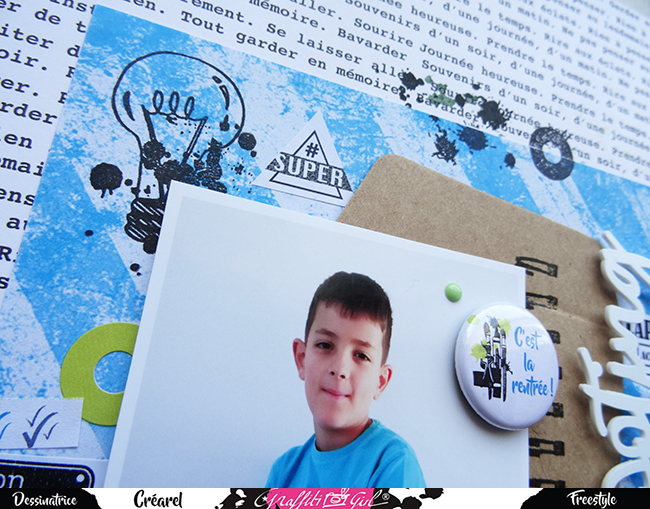 page de scrap avec un badge du lot de badges A l'école de la marque graffiti Girl